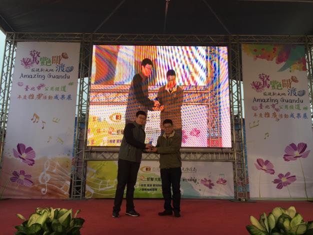 由台北市公用頻道協會胡理事頒獎給社會組首獎程唐榮《糶米古道紀行》[開啟新連結]
