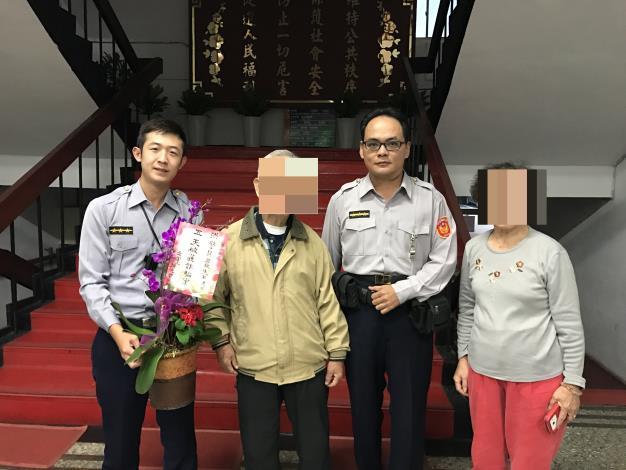 警方迅速逮獲詐欺車手,老婦開心送花致謝照片1