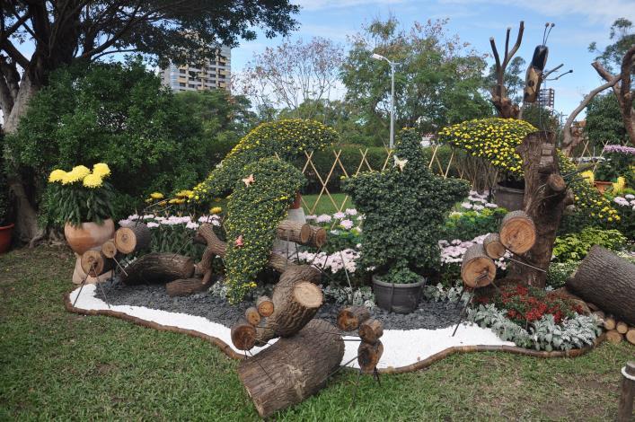 圖1 以颱風災後風倒木再利用製作成螞蟻等昆蟲穿梭於菊花叢