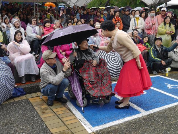 圖8.大雨也澆不息民眾熱情參與「笑燦燦賞菊去」音樂會