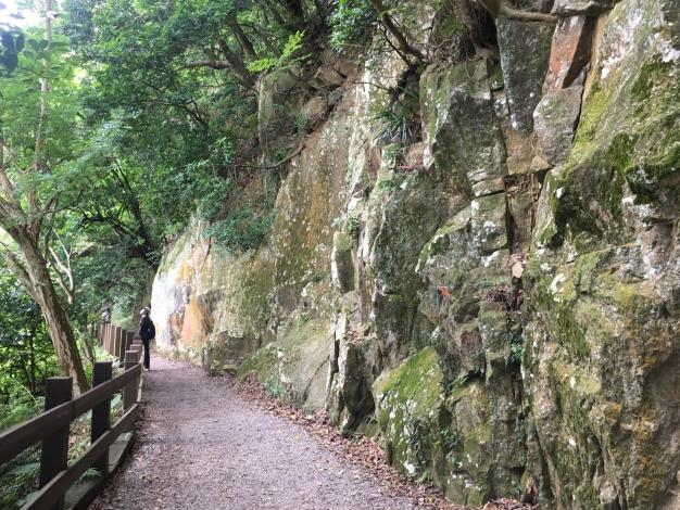 裸岩峭壁蔚為奇景