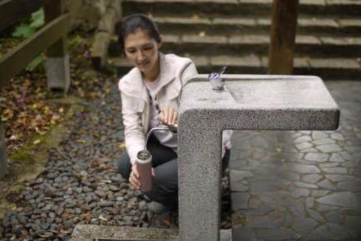 自在亭飲水機民眾取水