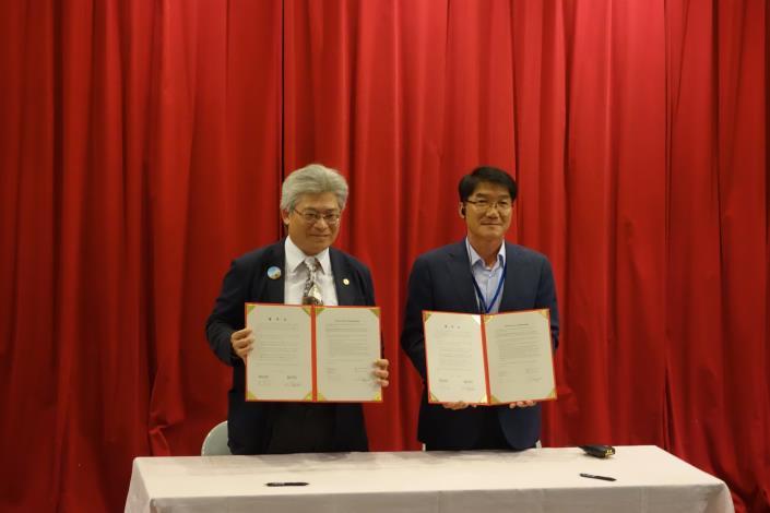 圖1.動保處處長與韓國順天灣管理中心所長簽署合作備忘錄