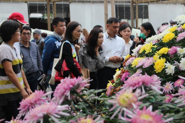 圖3. 韓國代表Hae ri Park專心聽著大立菊栽培的解說[開啟新連結]