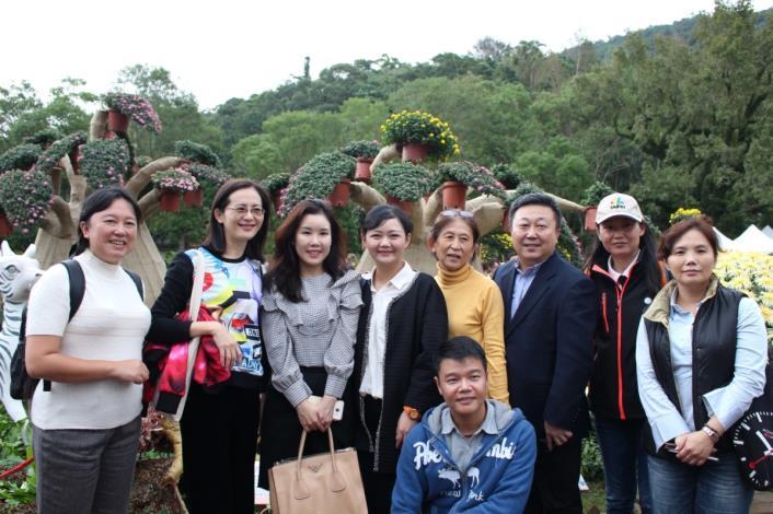圖5. 韓國代表Hae ri Park與公園處同仁於「馬達加斯加」展區合影留念[開啟新連結]