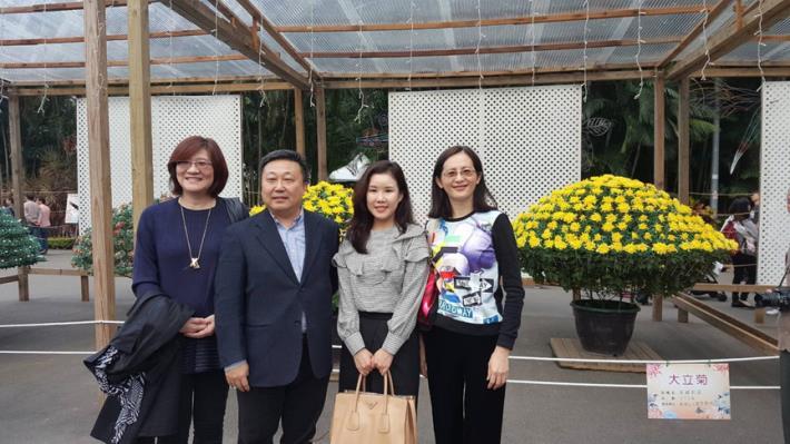 圖4.韓國代表Hae ri Park與負責接待的花卉發展協會、七星農業發展基金會、黃淑如副處長於大立菊的家共同合影留念[開啟新連結]