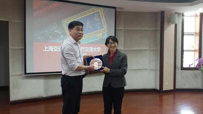 圖5._代表台灣交大與中國上海交大進行雙邊論壇。