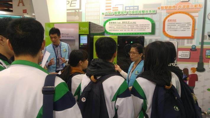 貼近民生需求新應用的智慧垃圾回收整合系統,引起學生高度興趣,紛紛駐足觀看。