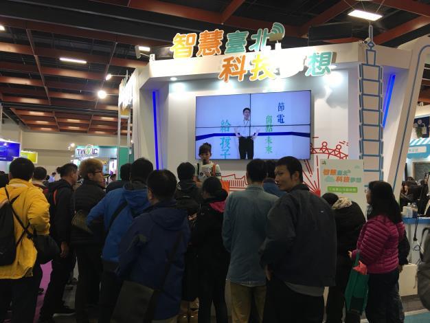 台北市政府主題館舞台舉辦有獎徵答,吸引民眾踴躍搶答問題。[開啟新連結]