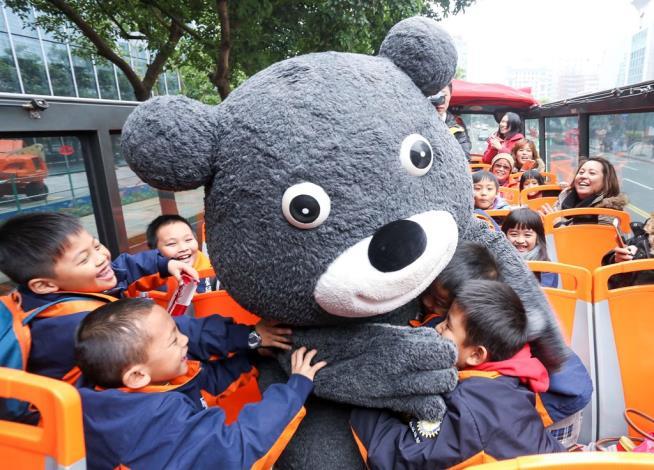 熊讚一上車就廣受學生熱烈歡迎,一次熊抱二位小朋友[開啟新連結]