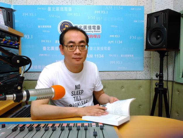 名作家郝廣才在臺北電臺講故事