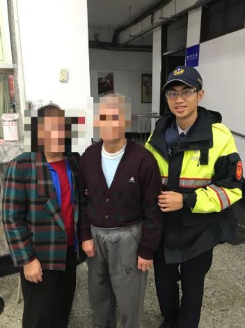 天寒大雨暖警協助迷途老人返家照片2