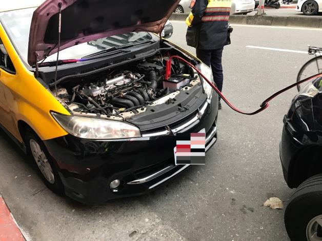 計程車熄火後發不動,北市暖警即刻救援照片1