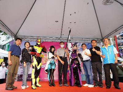 Mayor Ko with cosplayers at the event in Ximending