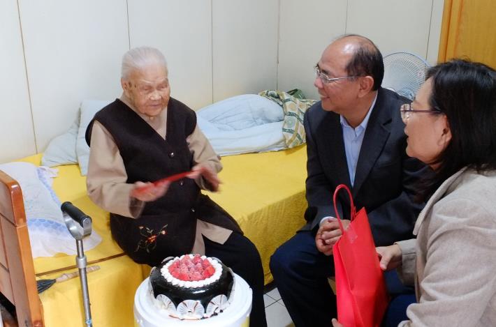郭里長致贈生日蛋糕及賀卡