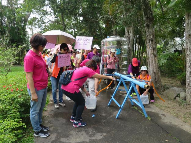 跟著解說員參觀防災公園「給水站」檢測情形。