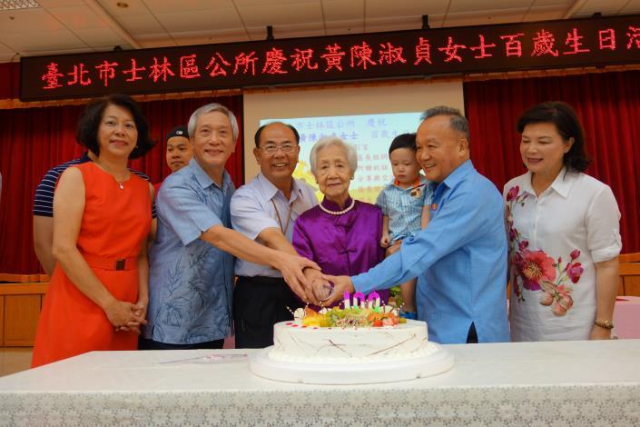 區長與奶奶及家屬一同切蛋糕