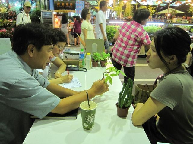 植物醫生診察民眾攜帶之植物樣品