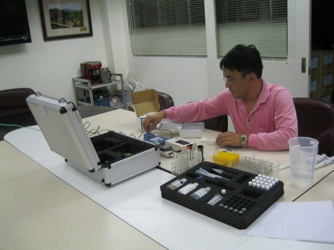 農藥殘留生化檢測站工作人員操作檢驗儀器中(南港區農會)