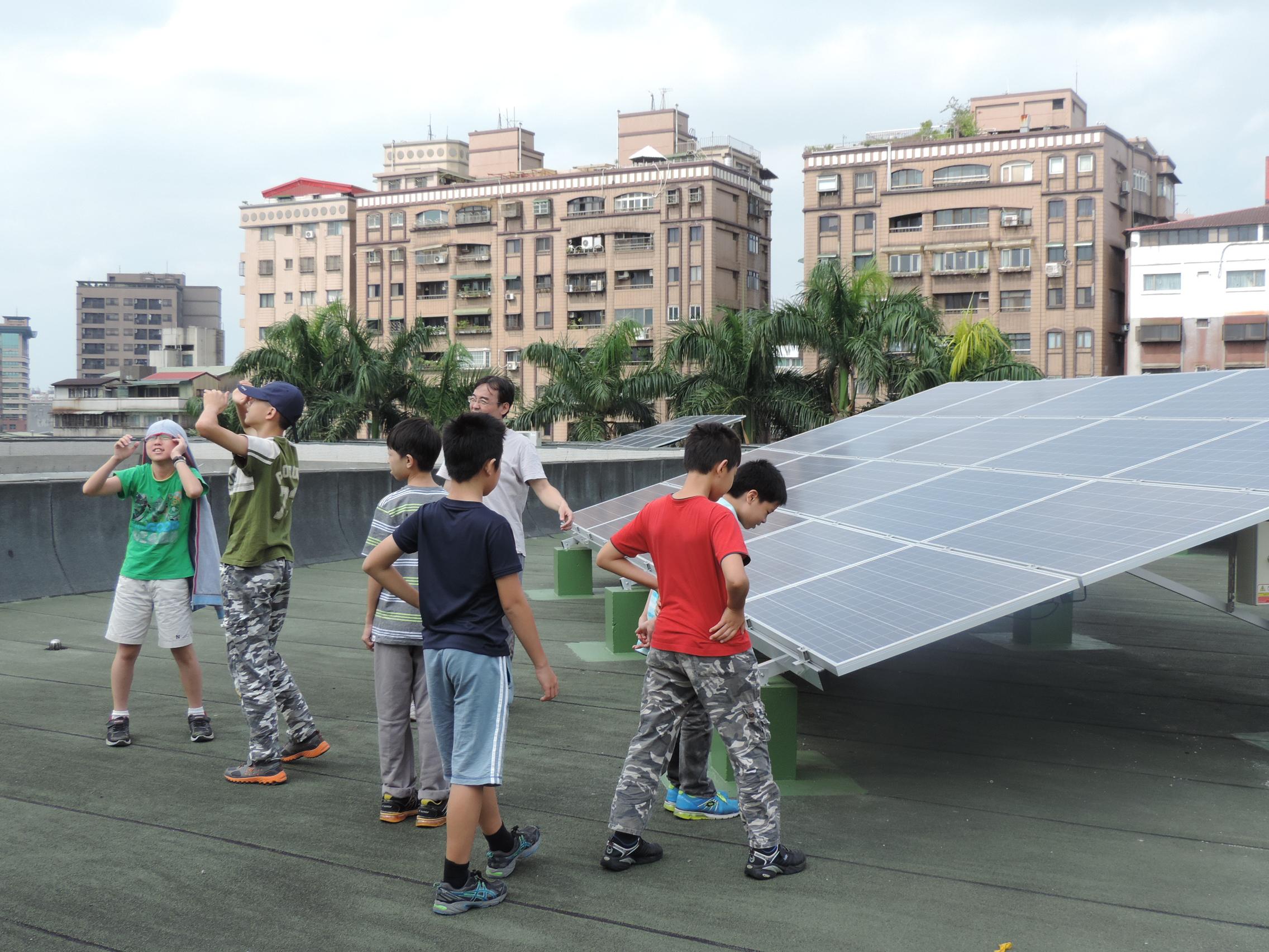 龍山國中屋頂設置太陽能板照片