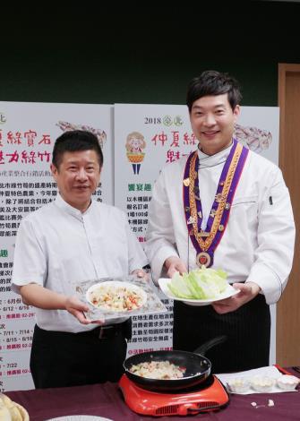 圖3、(左)北市產業局林崇傑局長與奧林匹克餐飲烹飪大賽金牌主廚黃景龍師傅共同料理.JPG[開啟新連結]