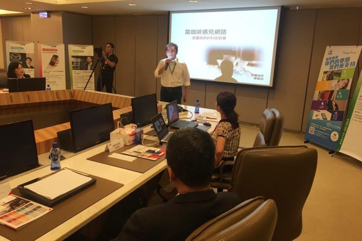 圖2、湛盧董事長廖國明分享創業歷程,傳統產業也可以透過現代技術,將製作咖啡的流程接單、現烘、直送系統且效率化。[開啟新連結]