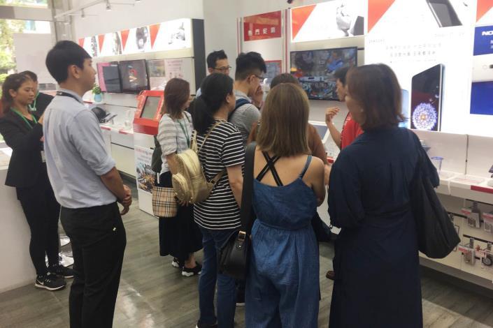 圖5、臺北創業家俱樂部參訪遠傳門市導覽最新資訊科技。[開啟新連結]