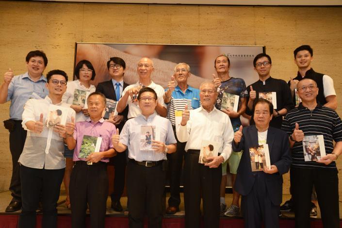 圖1、北市產業局長林崇傑(前排左三)與15位台北職人合影留念,見證台北生活力。.JPG[另開新視窗]