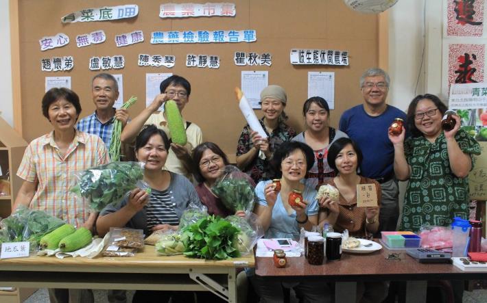 圖3.小農於北投社大擺攤販售新鮮青菜與加工食品合影[開啟新連結]