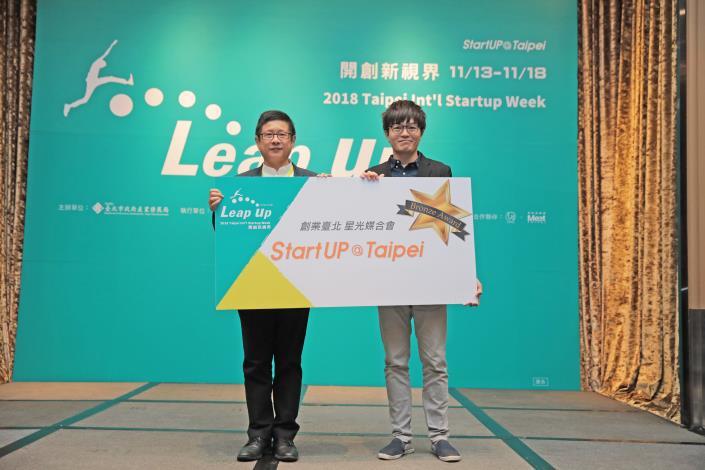 圖5、星光媒合會Bronze Award 得主 狂點軟體開發(股)公司(右)與臺北市政府產業發展局局長林崇傑(左)合影。.JPG