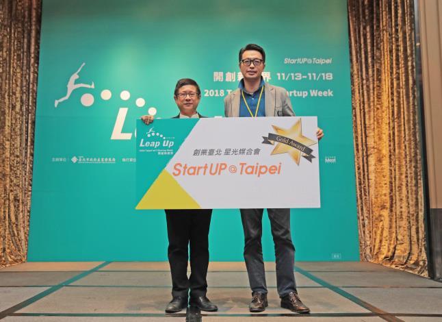 圖4、星光媒合會Gold Award 得主 奈捷生物科技(股)公司(右)與臺北市政府產業發展局局長林崇傑(左)合影 。.JPG