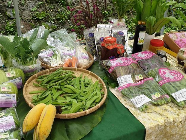 圖9、內湖草莓產銷班及白石湖社區發展協會成員生產的在地新鮮蔬果。