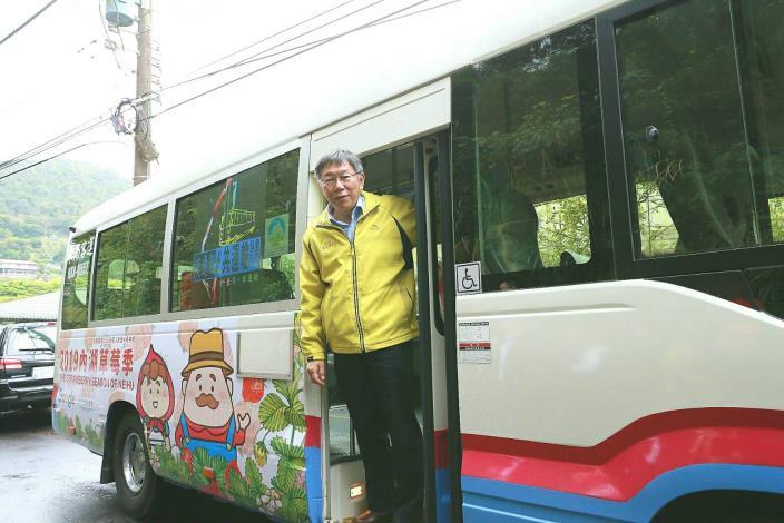 圖1、柯文哲市長搭乘草莓專車宣傳2019內湖草莓季。