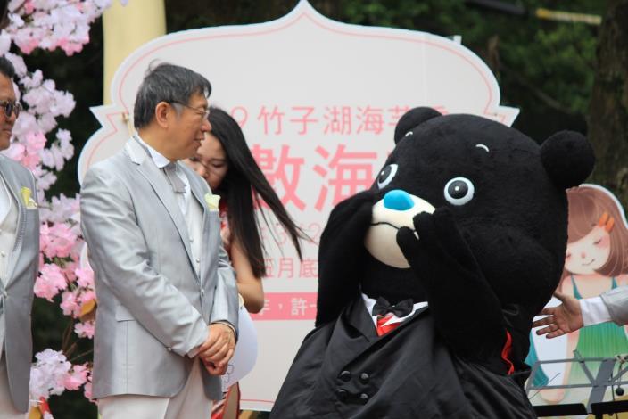 圖4 熊讚穿著帥氣西裝驚喜上台,希望和柯文哲市長一起寫許願卡,場面相當逗趣。[開啟新連結]