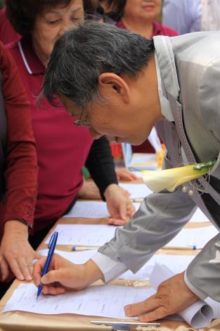 圖3.台北市長柯文哲在海芋許願卡上寫下願望。[開啟新連結]