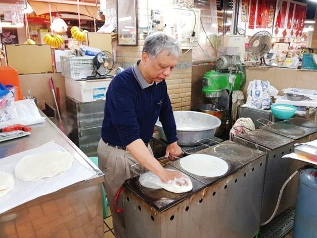 圖1、永樂市場「六利號」老闆傳承家傳技藝,熟練的煎著圓薄餅皮。[開啟新連結]