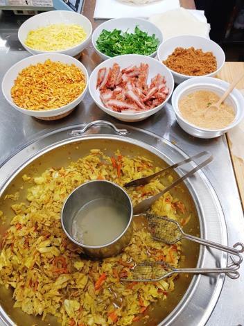 圖5、林良號潤餅內餡使用旗魚魚鬆、特製豆乾丁、蛋絲和紅糟肉並撒上花生粉和香菜,完美比例堪稱一絕1[開啟新連結]