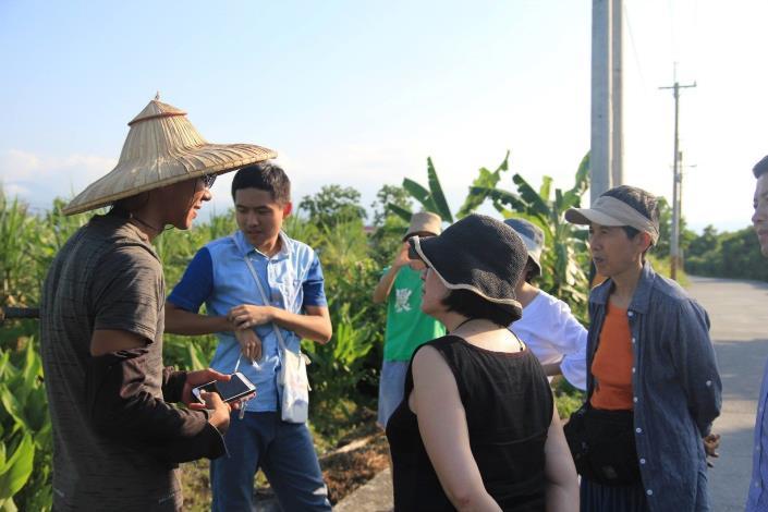 圖2.陳幸延展示如何運用手機與智慧農耕工具管理農地。