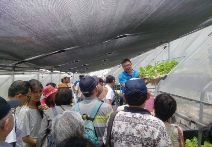 圖3.現場參訪魚菜共生設備與原理介紹。