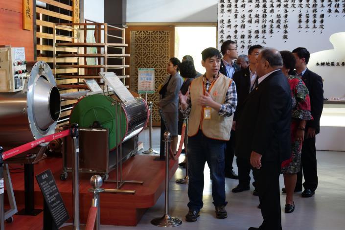 圖3. 室內茶葉展示區,志工介紹茶葉製作過程。[另開新視窗]