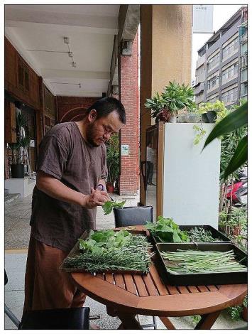 圖2.黃阿布老師準備艾草等植物素材[另開新視窗]