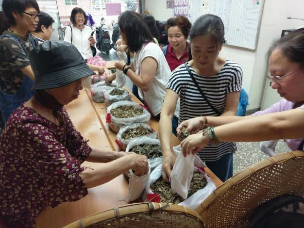 圖5.薛淑芬老師與學生們進行青草平安藥浴包的製作[另開新視窗]