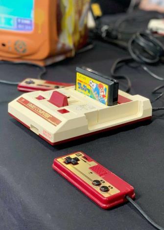 圖2、夏日電玩展除了有最新科技的遊戲,也有復古遊戲區展出經典款,如任天堂紅白機是