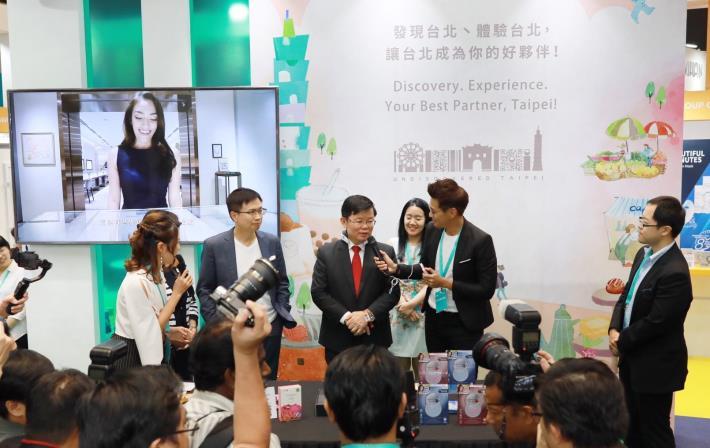 圖1.檳城首席部長曹觀友(右三),參與活動推介會體驗產品。[另開新視窗]
