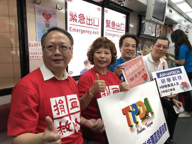 圖3、愛心大使挽袖等待捐血(左起)台北捐血中心林敏昌主任、內科協會翁素蕙理事長、