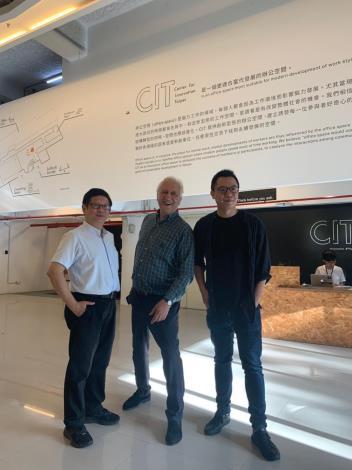 圖6、北市產業局林局長崇傑(左)與蘭德利(中),在Plan b創辦人游適任(右)陪同下參訪CIT臺北創新中心
