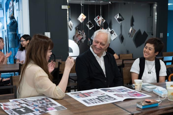 圖5、蘭德利(中)與台灣服裝設計師協會執行長溫筱鴻(左)在T Fashion 時尚實驗基地對談及交流意見。