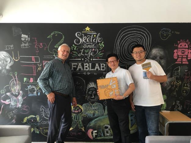 圖7、北市產業局林局長崇傑(中)與蘭德利(左),在自造者協會常務理事張哲源(右1)陪同下參訪Fablab Taipei 臺北自造實驗室