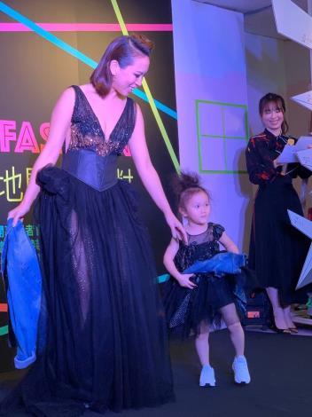 圖3、由Model展示永樂T Fashion時尚基地新稅設計師最新訂製服裝。