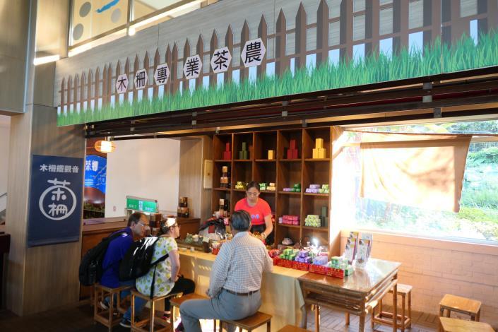圖6.木柵專業茶農駐點茶推廣中心,示範泡茶流程及提供茶品試飲。